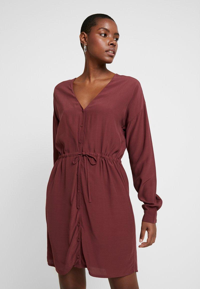 mbyM - ASIL - Sukienka letnia - red mahogany
