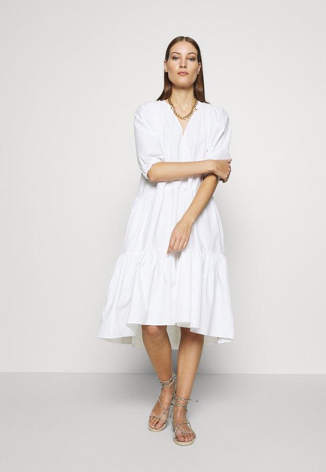 LORENZO - Korte jurk - white