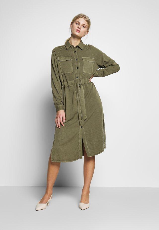 ASPEN - Korte jurk - military olive