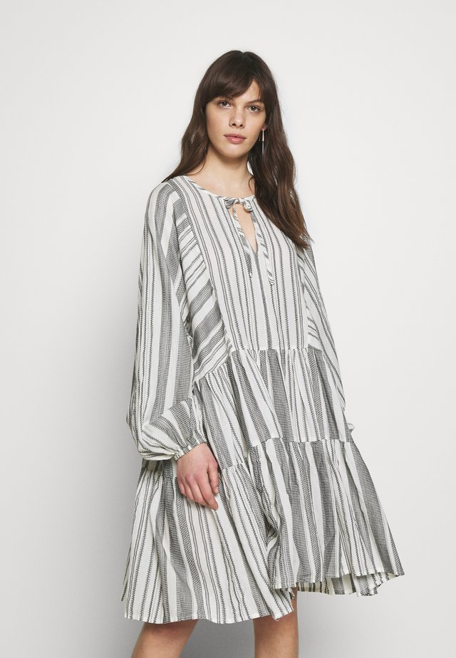 EMMONS - Robe d'été - black white stripe