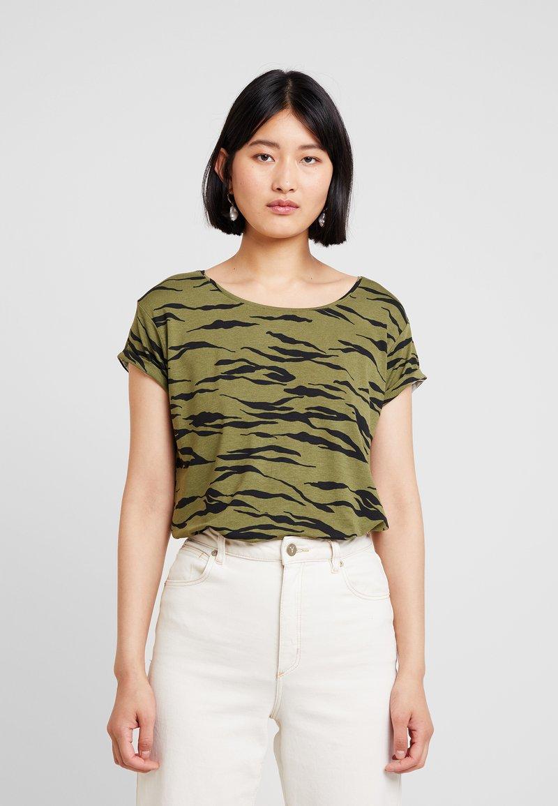 mbyM - NISHA - T-shirt med print - dark green/black