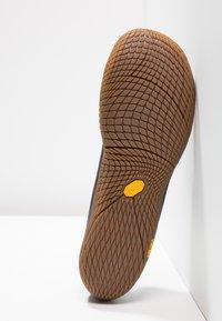Merrell - VAPOR GLOVE 3 LUNA - Minimalist running shoes - black - 4