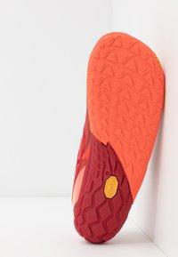 Merrell - VAPOR GLOVE 4 - Chaussures d'entraînement et de fitness - goldfish - 4