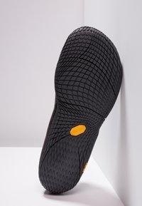 Merrell - VAPOR GLOVE LUNA - Zapatillas running neutras - black - 4