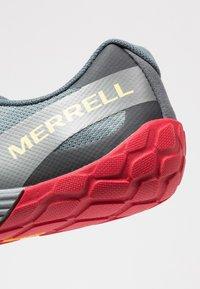 Merrell - VAPOR GLOVE 4 - Paljasjalkajuoksukengät - black - 5