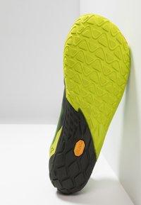 Merrell - VAPOR GLOVE 4 - Zapatillas running neutras - lime punch - 4