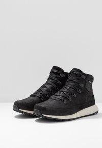 Merrell - ASHFORD CLASSIC CHUKKA - Chaussures de marche - black - 2