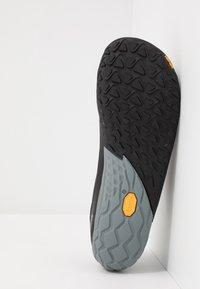 Merrell - VAPOR 4 - Minimalist running shoes - black - 4