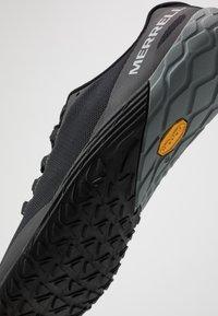 Merrell - VAPOR 4 - Minimalist running shoes - black - 5