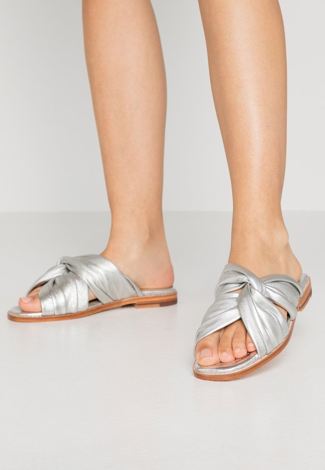 ELODIE  - Pantolette flach - talca silver