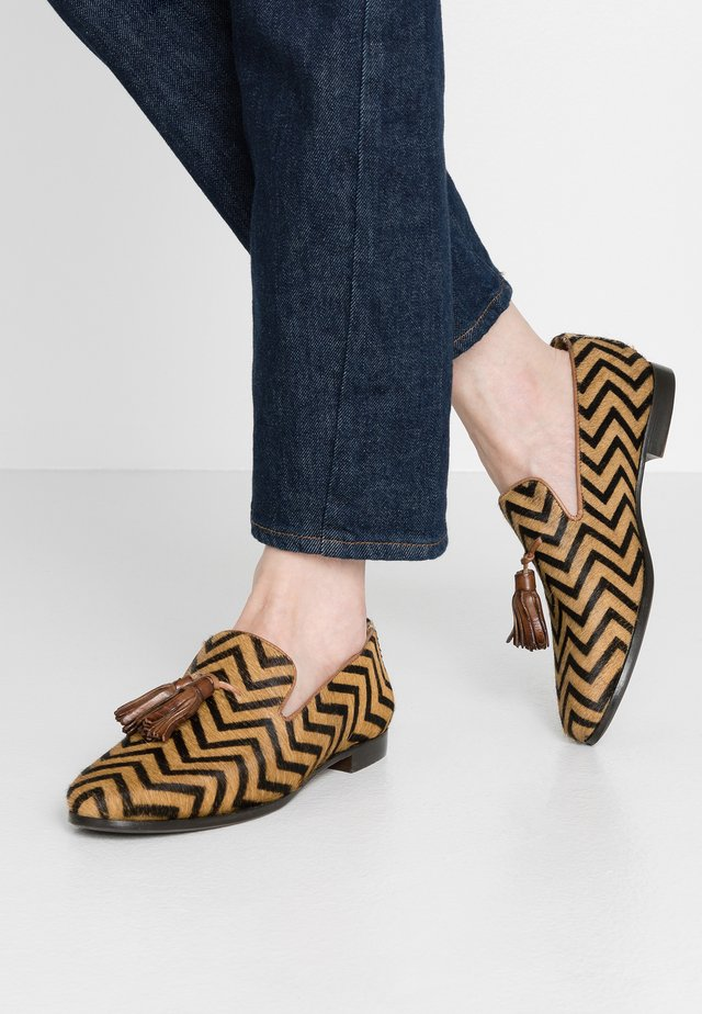 SCARLETT - Slip-ins - drive way/mid brown