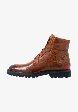 TREVOR - Šněrovací kotníkové boty - cognac