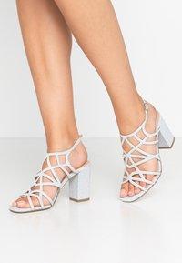 Menbur - Højhælede sandaletter / Højhælede sandaler - plata - 0