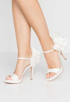 Korolliset sandaalit - ivory