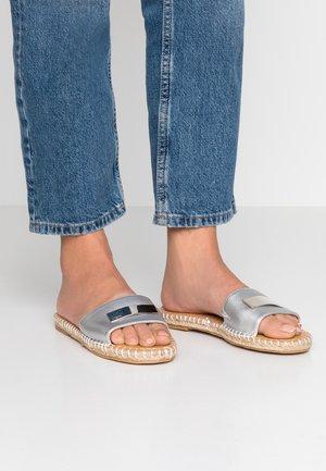 CAMILA - Pantolette flach - silver