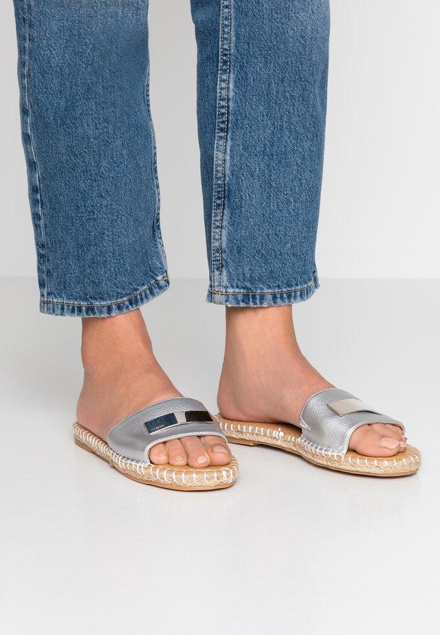 CAMILA - Pantofle - silver
