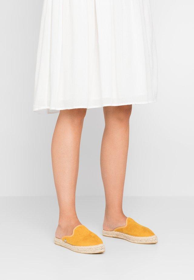 CASPYA - Pantolette flach - ochre