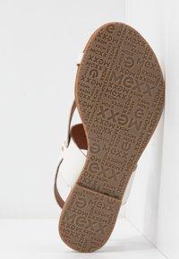Mexx - EVELINN - Sandály s odděleným palcem - white - 6