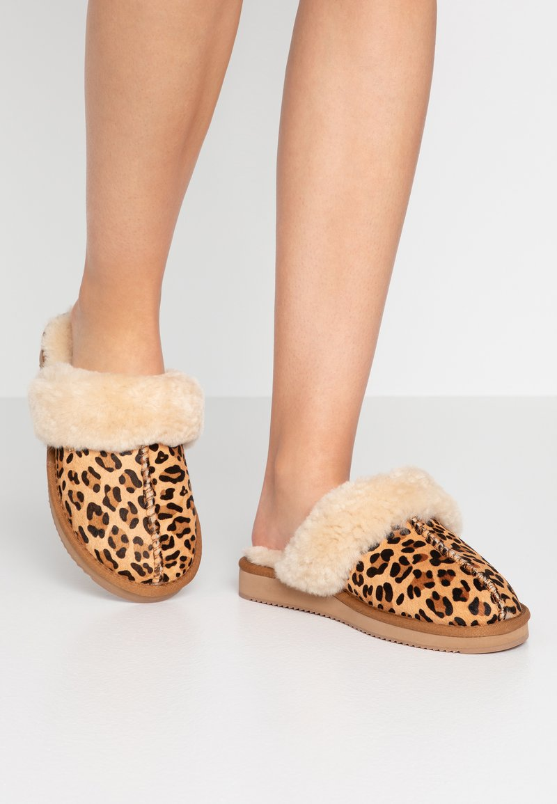 Mexx - BLIXA - Domácí obuv - chestnut