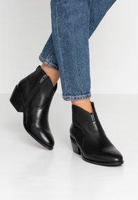 Mexx - DAVY - Kotníková obuv - black - 0