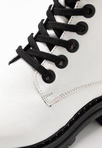 Mexx - DEVI - Kotníkové boty na platformě - white - 2