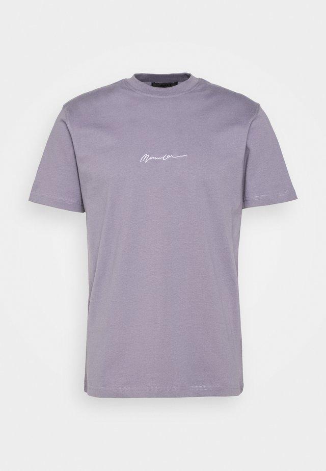 UNISEX ESSENTIAL SIGNATURE - Basic T-shirt - murky violet