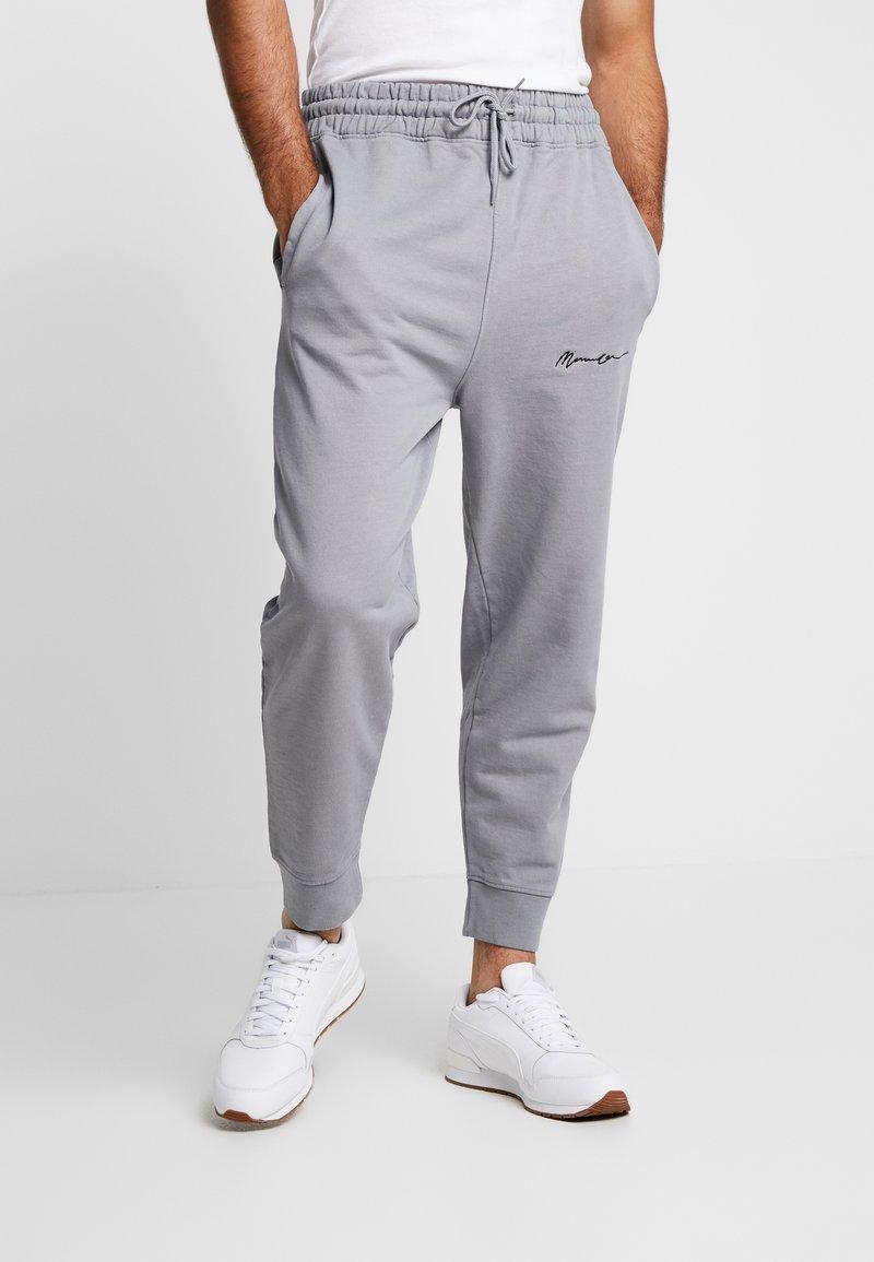 Mennace - REGULAR SIGNATURE JOGGER - Pantalones deportivos - slate