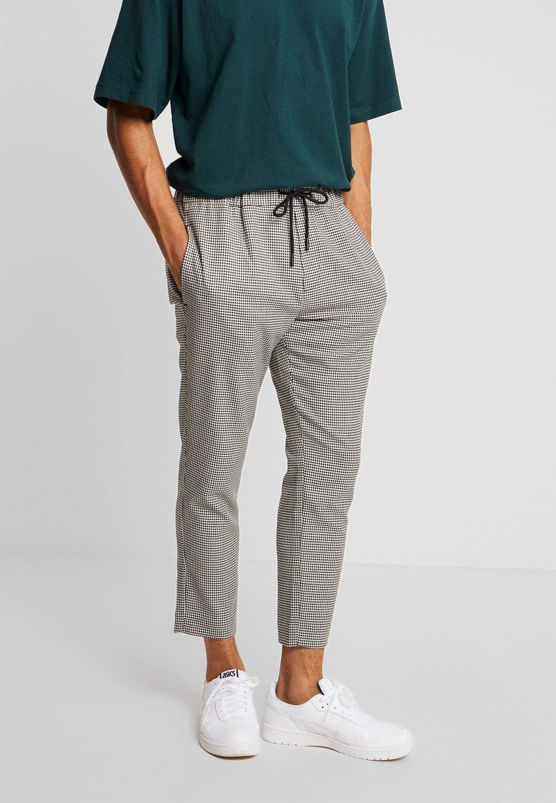 Mennace - MINI DOGSTOOTH SMART - Trousers - black/white