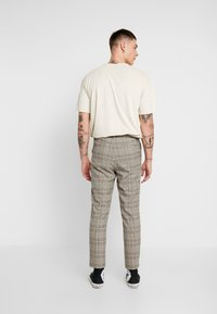 Mennace - TAPER TROUSER HUNTERS CHECK - Pantaloni - beige - 2