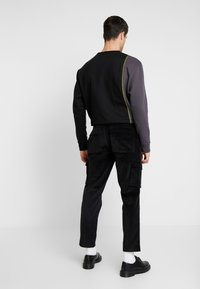 Mennace - UTILITY TROUSERS - Pantaloni cargo - black - 2