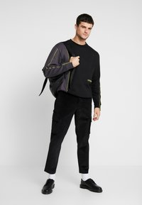 Mennace - UTILITY TROUSERS - Pantaloni cargo - black - 1