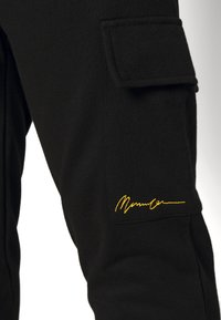 Mennace - ESSENTIAL SIGNATURE PLUS - Pantaloni sportivi - black - 4