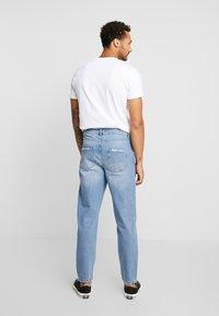 Mennace - GRIFFIN DAD JEAN - Slim fit jeans - light blue - 2