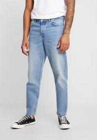 Mennace - GRIFFIN DAD JEAN - Slim fit jeans - light blue - 0