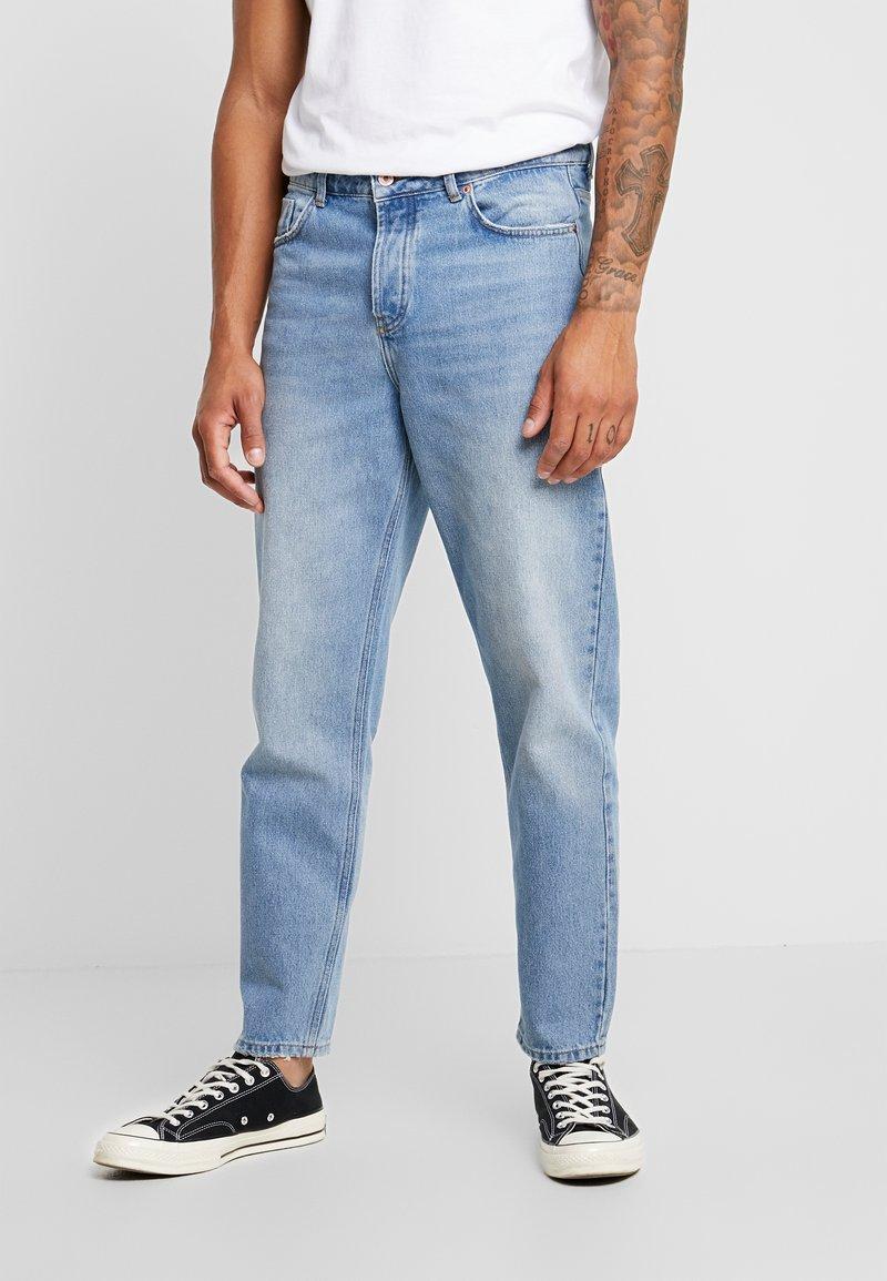 Mennace - GRIFFIN DAD JEAN - Slim fit jeans - light blue