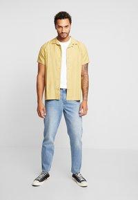 Mennace - GRIFFIN DAD JEAN - Slim fit jeans - light blue - 1