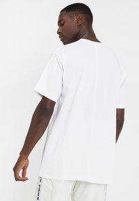 Mennace - ESSENTIAL REGULAR RELAXED SIG TEE - T-shirt - bas - white - 2
