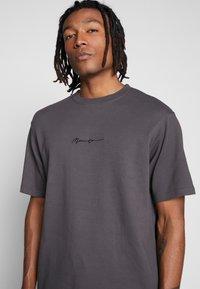 Mennace - ESSENTIAL REGULAR RELAXED SIG TEE UNISEX - T-shirt - bas - charcoal - 4
