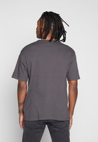 Mennace - ESSENTIAL REGULAR RELAXED SIG TEE UNISEX - T-shirt - bas - charcoal - 2