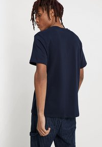 Mennace - ESSENTIAL TEE  - T-shirt - bas - navy - 2
