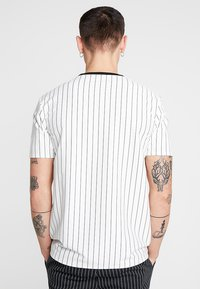 Mennace - STRIPE TEE - T-shirt con stampa - white - 2