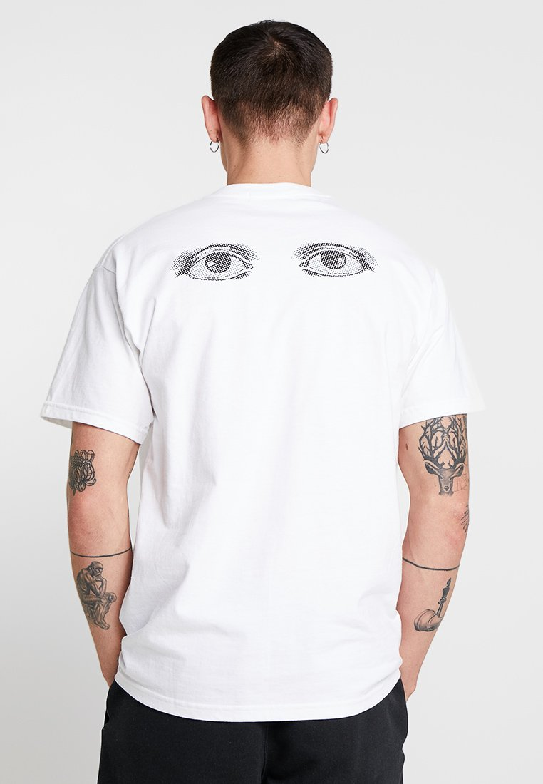 Mennace - EYES BACK - Camiseta estampada - white
