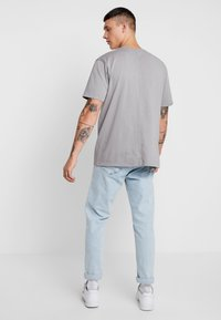 Mennace - SIGNATURE  - Jednoduché triko - slate - 2