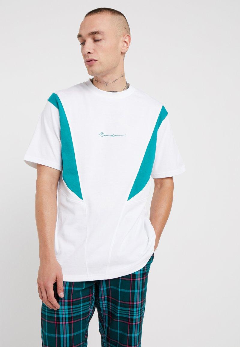 Mennace - SLASH PANEL  - Camiseta estampada - white