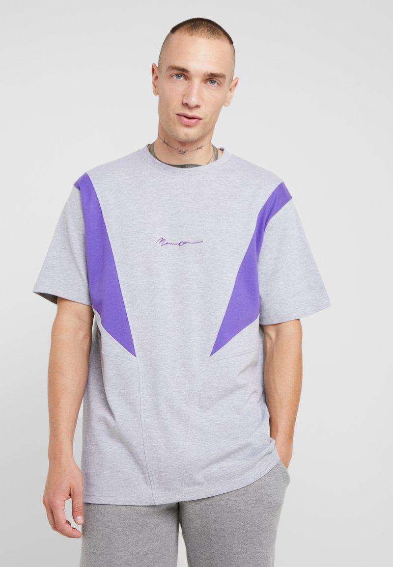 Mennace - SLASH PANEL  - Print T-shirt - grey