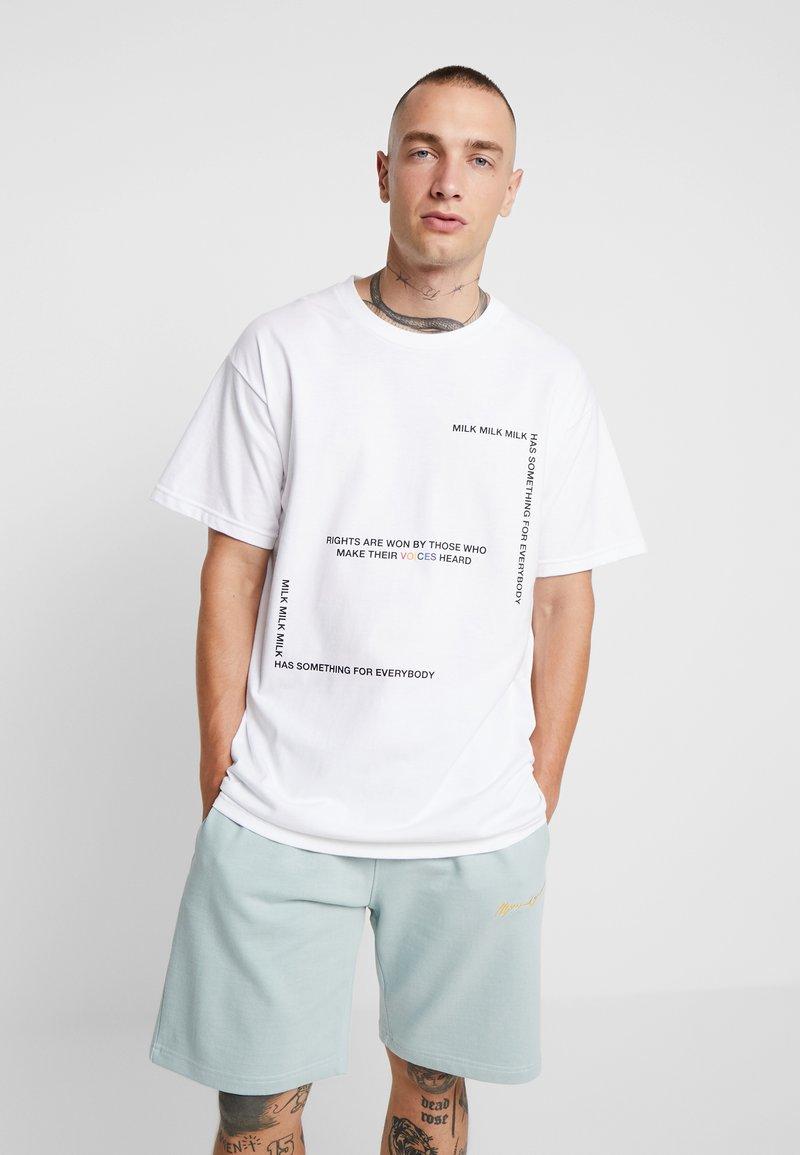 Mennace - MILK VOICES - T-shirt med print - white