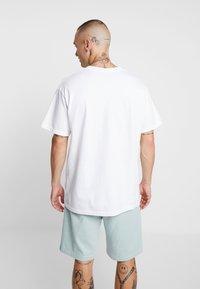 Mennace - MILK VOICES - T-shirt med print - white - 2