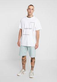 Mennace - MILK VOICES - T-shirt med print - white - 1