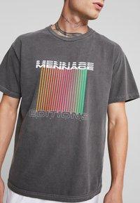 Mennace - EDITIONS REPEATER - T-shirt med print - black - 4