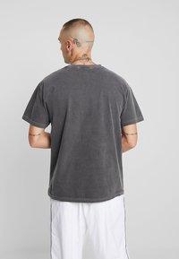 Mennace - EDITIONS REPEATER - T-shirt med print - black - 2
